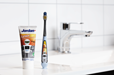 THE TOOTHPASTE THAT KEEPS KIDS BRUSHING AND BRUSHING